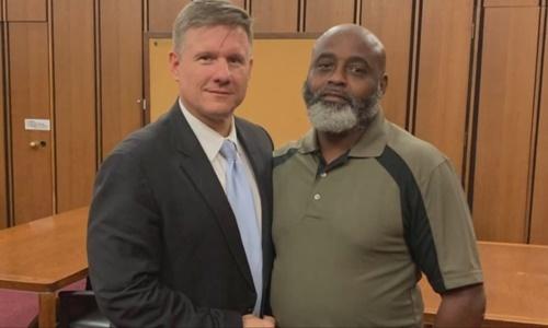 Ông Arnold Black (phải). Ảnh: Wkyc.com.