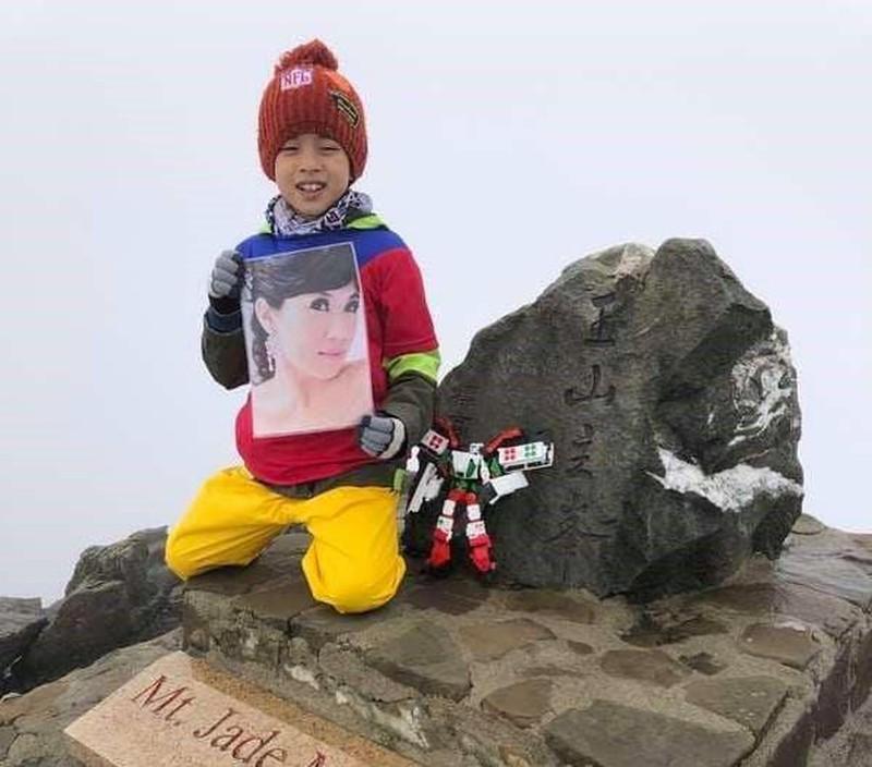 Bé 8 tuổi chinh phục ngọn núi cao nhất để giữ lời hứa với mẹ - 1