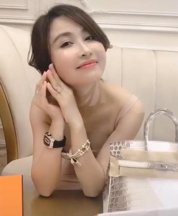 Mina Phạm - vợ 2 đại gia Minh Nhựa đăng clip đập hộp túi hiệu tiền tỷ khi con chồng đang tổ chức đám cưới - Ảnh 4.