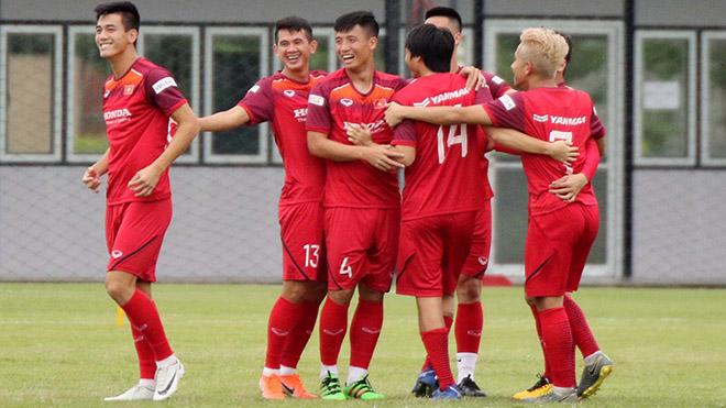 Tiến Linh (trái) được HLV Park Hang Seo đánh giá rất cao. Ảnh: Next Sport