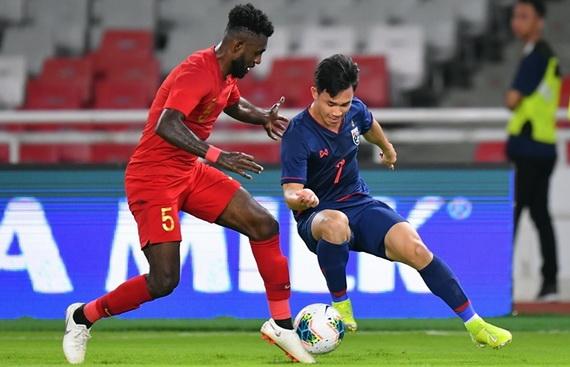 Supachok (áo xanh) lập cú đúp bàn thắng vào lưới Indonesia. Ảnh: Changsuek.