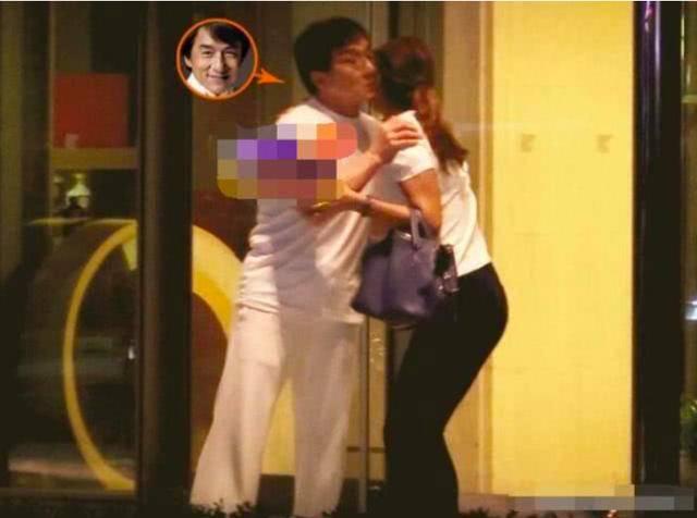 Thành Long ôm hôn gái lạ trước cổng khách sạn lúc đêm muộn - 1
