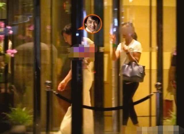 Thành Long ôm hôn gái lạ trước cổng khách sạn lúc đêm muộn - 2