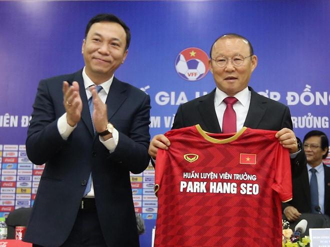 PCT VFF Trần Quốc Tuấn và HLV Park Hang-seo cùng có lời cám ơn đặc biệt đến những đóng góp làm thay đổi lịch sử bóng đá Việt Nam của bầu Đức /// Minh Tú